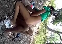 गाँव की छोरी जंगल में चुदी पडोसी के साथ